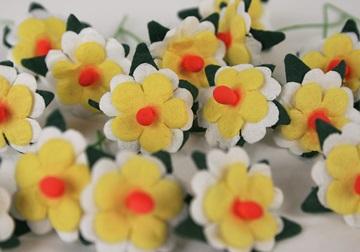 Picture of Scrappy Do Daisy Mini Embellishment Yellow White